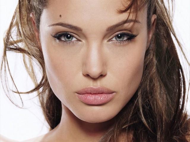 Angelina Jolie si refugiatii